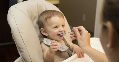 6 Tanda Mengisyaratkan Bayi Mulai Siap Mengonsumsi Makanan Padat