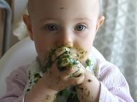 1. Tidak berhenti melirik makanan Mama