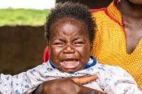 3. Si Kecil menangis saat Papa menyentuhnya