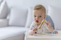 Perkembangan Bayi Usia 6 Bulan 1 Minggu Saat Mencoba Makan MPASI