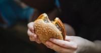 5. Terlalu banyak mengonsumsi makanan cepat saji