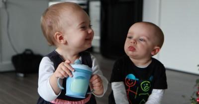 Mudah Tips Aturan Mengajarkan Bayi Mahir Minum dari Gelas