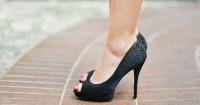 6. Memakai sepatu berhak tinggi