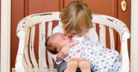 3. Pangku bayi mama