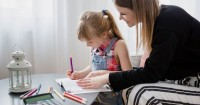 3. Pastikan pekerjaan rumah ditugaskan kepada anak selesai