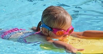 Penting! Kenali 5 Cara Mengajari Anak Berenang agar Tetap Aman