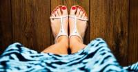 2. Pastikan telapak kaki menempel rata lantai