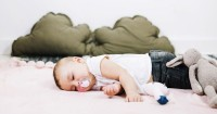 Apa manfaat tidur lantai kasur bagi bayi
