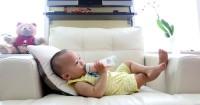 Cari Tahu Yuk Kapan Bayi Mulai Bisa Memegang Botol Susu Sendiri