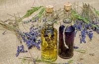 1. Oleskan minyak kayu putih