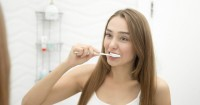 1. Hindari memasukkan sikat gigi terlalu dalam ke mulut