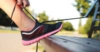 2. Sepatu olahraga