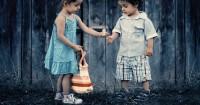 2. Mengajarkan anak berbagi
