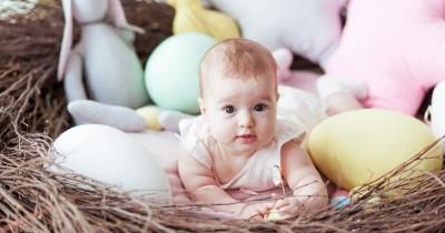 7 Kebiasaan Aneh tapi Gemas Sering Dilakukan Bayi