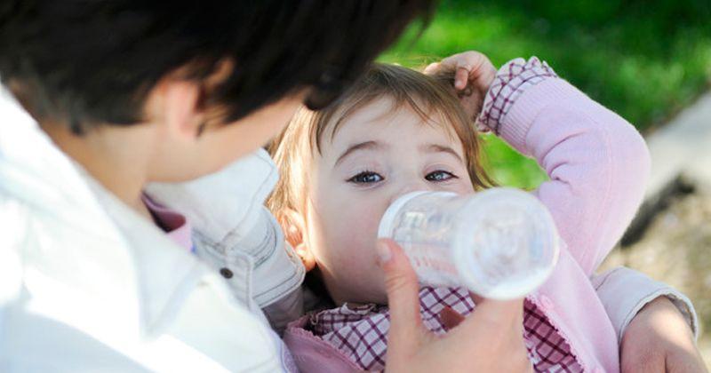 Tips Sukses Menyapih Bayi dari Botol Susu