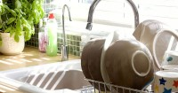 5. Bersihkan area cuci piring