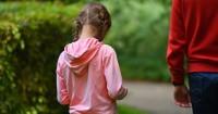 4. Menghalangi anak membuat keputusan
