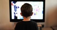7. Membiarkan anak menonton terlalu lama