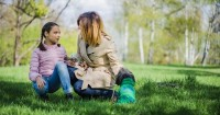 3. Mendengarkan curhat anak