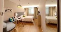 1. Warna putih kuning gading memberikan kesan luas kamar kamu