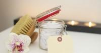5. Gunakan pembersih khusus material kulit