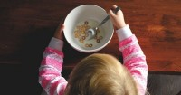 Begini Cara Mengatasi Anak Suka Mengemut Makanan