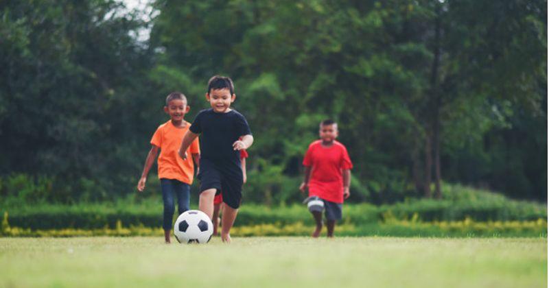 kids playing soccer football 1150 3903 f0248c6ce1b71f2516f9dfc7fd7c1c32 - Kegiatan Sederhana si Kecil untuk Optimalkan