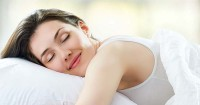 6. Menggunakan bantal alas tidur bersih