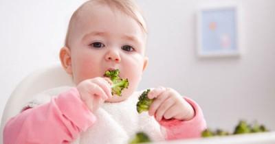 Ma, Biarkan Bayi Bermain Makanannya, Ini Alasannya