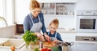 4. Menyiapkan makanan sendiri