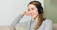 1. Mendengarkan musik