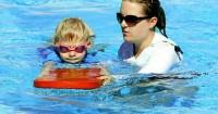5. Bermain air papan renang