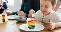 5. Mengajarkan anak menggunakan alat makan