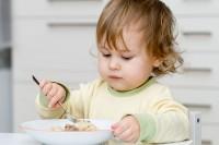 2. Makan sendiri tanpa perlu bantuan orang lain