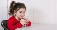 5 Tips Seru Agar Anak Mau Minum Air Putih Lebih Banyak
