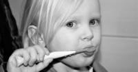 1. Pilih pasta gigi kandungan fluoride