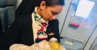 Viral Seorang Pramugari Menyusui Bayi Penumpang Dalam Pesawat