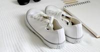 5. Sneakers putih