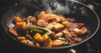 1. Hindari makanan bau menyengat