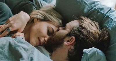 5 Panduan Memperlakukan Pasangan Semakin Istimewa di Atas Ranjang