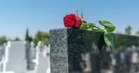 Di Pemakaman