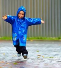 Kegiatan Bisa Mama Lakukan Bersama si Kecil Saat Turun Hujan