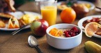 3. Bawa peralatan makan simpel