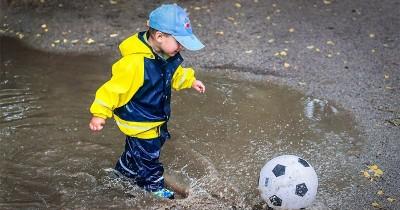 Anak Mandi Hujan Manfaat, Risiko Tips agar Tidak Sakit