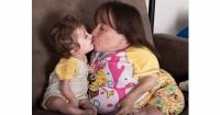 1. Perempuan kerdil melahirkan bayi hampir seukuran dengannya