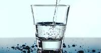 3. Rutin mengonsumsi air putih