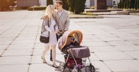 Pilih Mana Stroller atau Gendongan, Ini Plus Minusnya