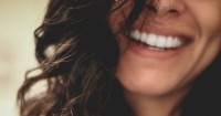 8 Perawatan Gigi agar Senyummu Lebih Menawan