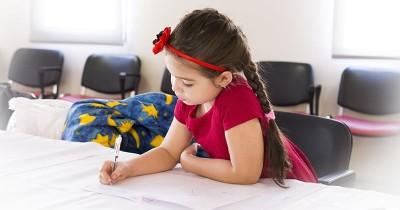 5 Cara Tepat Orangtua Dampingi Anak Saat Ujian Sekolah