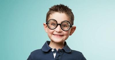 Selain dengan Kacamata, Ini 10 Cara Mengobati Mata Silinder pada Anak
